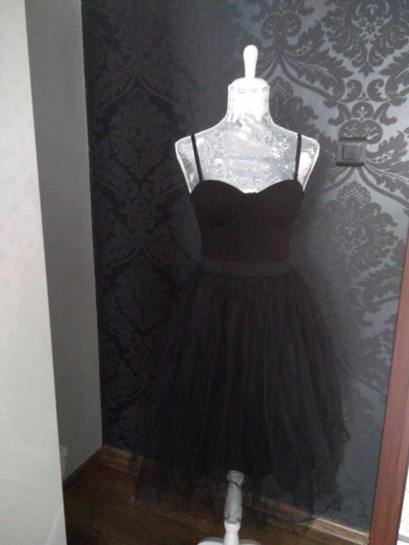 Czarna tiulowa sukienka w rozmiarze s...