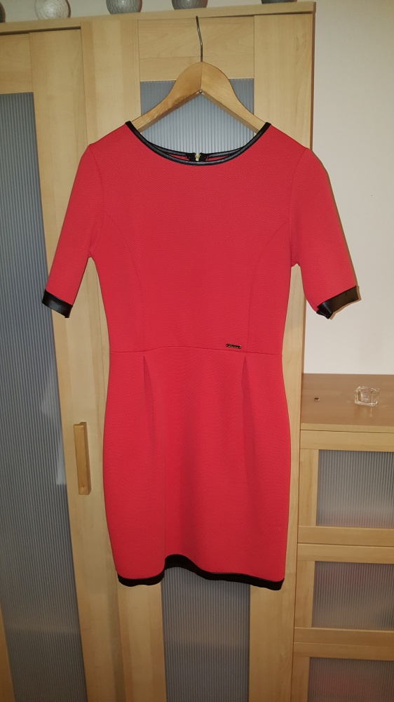 koralowa sukienka z rękawem...