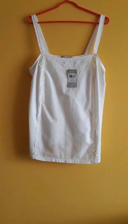Biała bluzeczka na ramiączkach...