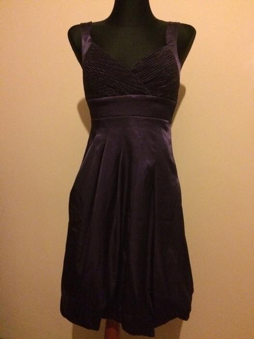 Fioletowa sukienka atłasowa