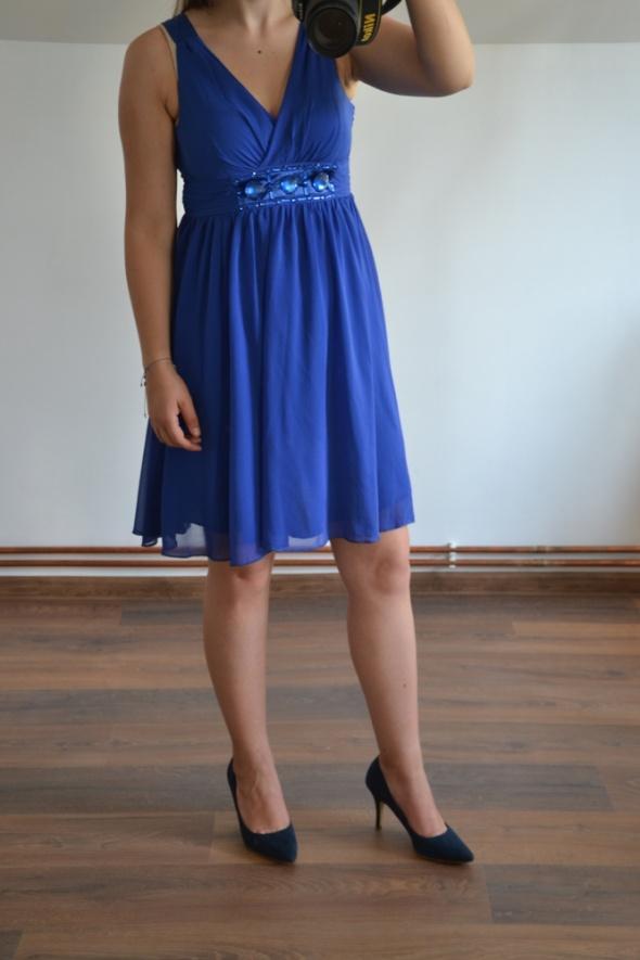 Elegancka granatowa niebieska sukienka wesele
