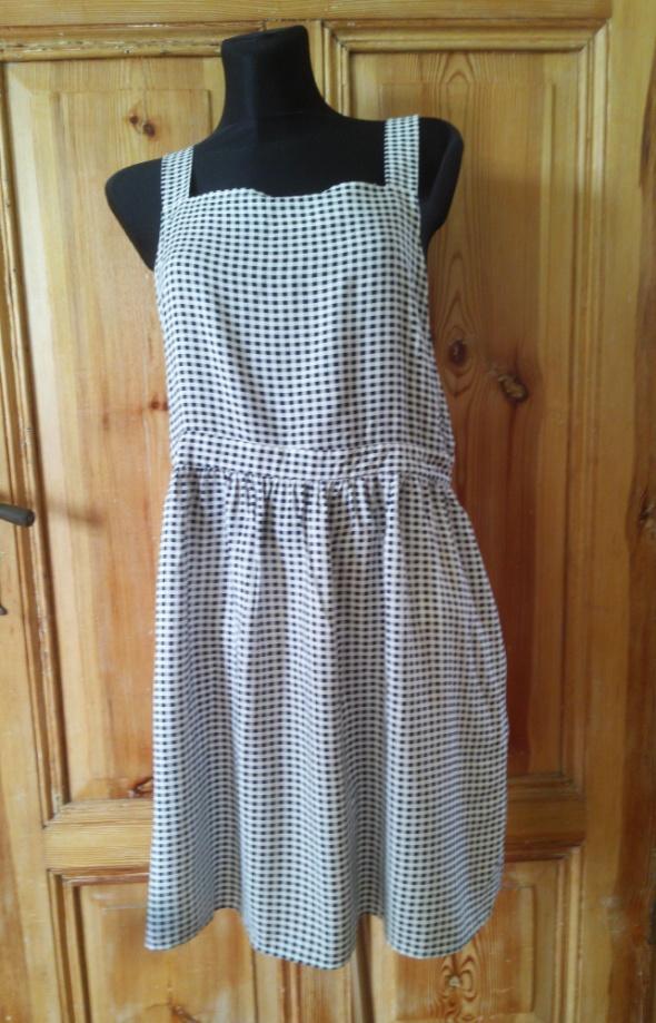 Sukienka w kratkę na szelkach 44