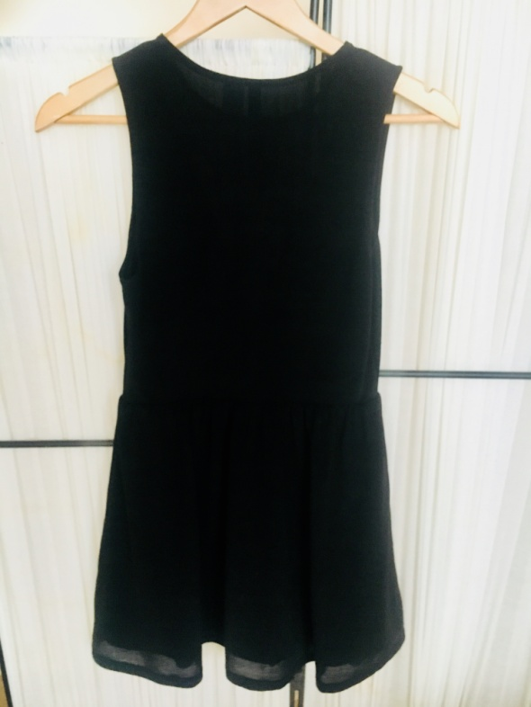 Czarna sukienka z dekoltem z siateczką 36