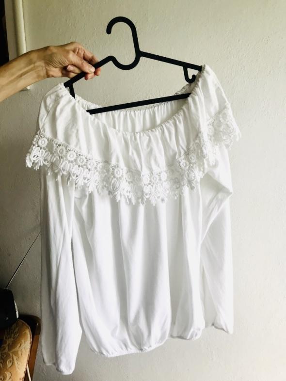 Biała bluzka hiszpanka opadająca na ramiona