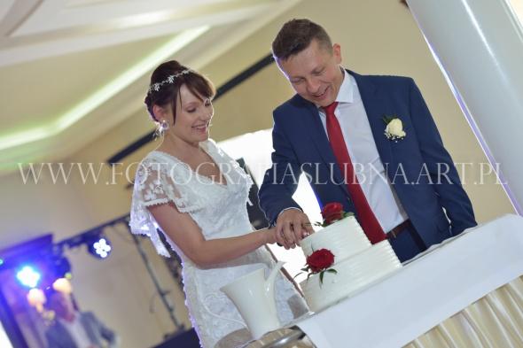Koronkowa nietuzinkowa suknia ślubna z rękawkami w rozmiarze 38