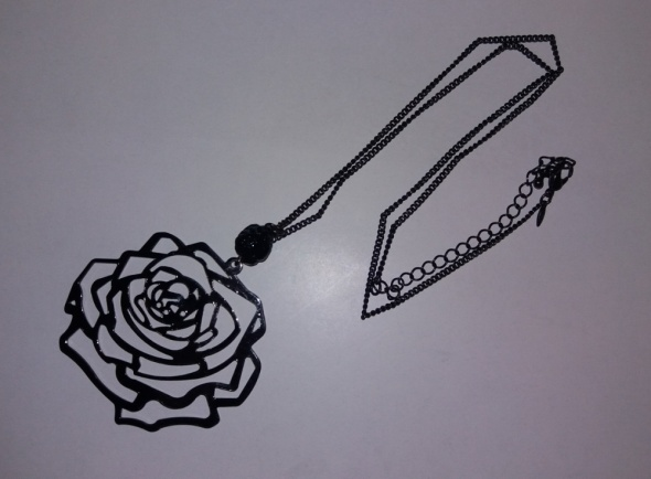 Naszyjnik w kolorze czarnym z różą i koralikiem