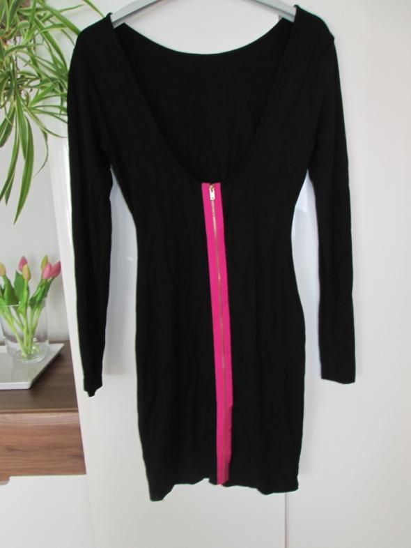 czarna sukienka z wyciętymi plecami i zasówakiem New Yorker...