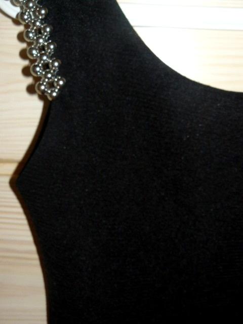 Czarna dopasowana bandażowa sukienka z pagonami