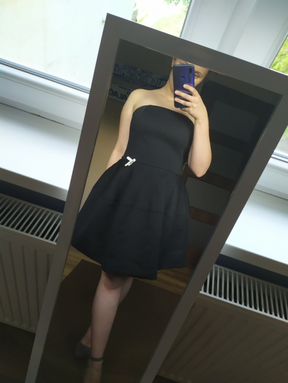 Czarna sukienka mocno rozkloszowana