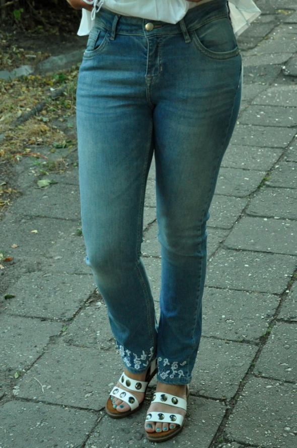 jeansy z haftem