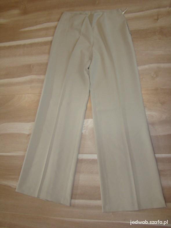 Jasnobeżowe spodnie z lejącego materiału
