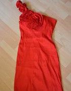 Czerwona sukienka na jedno ramię z kwiatem