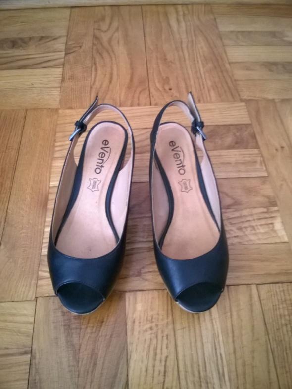 Buty czarne skórzane na koturnie Evento 36