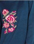 Granatowy sweter z haftem róże...