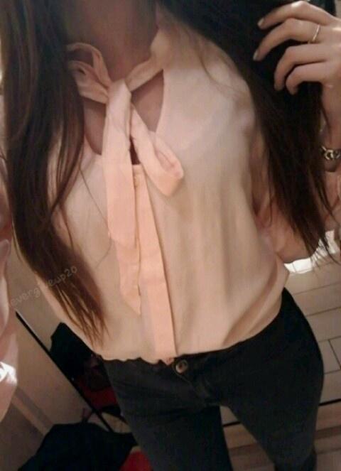 pudrowa bluzka z wiązanie przy dekolcie