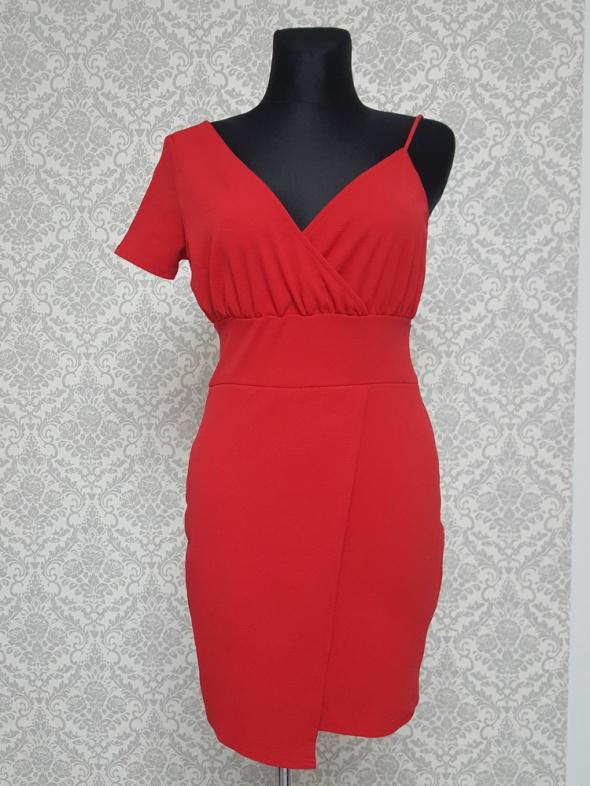 czerwona sukienka PrettyLittleThing