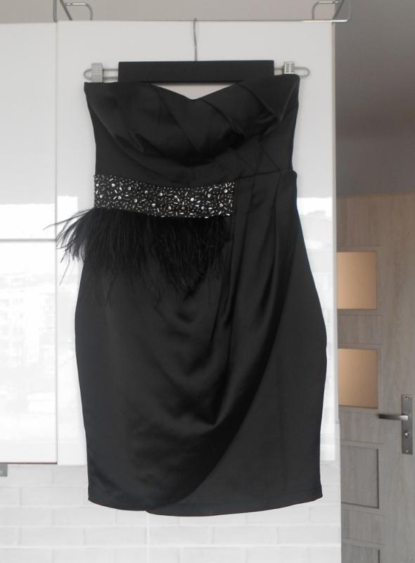 Suknie i sukienki Lipsy czarna sukienka satynowa gorsetowa pióra