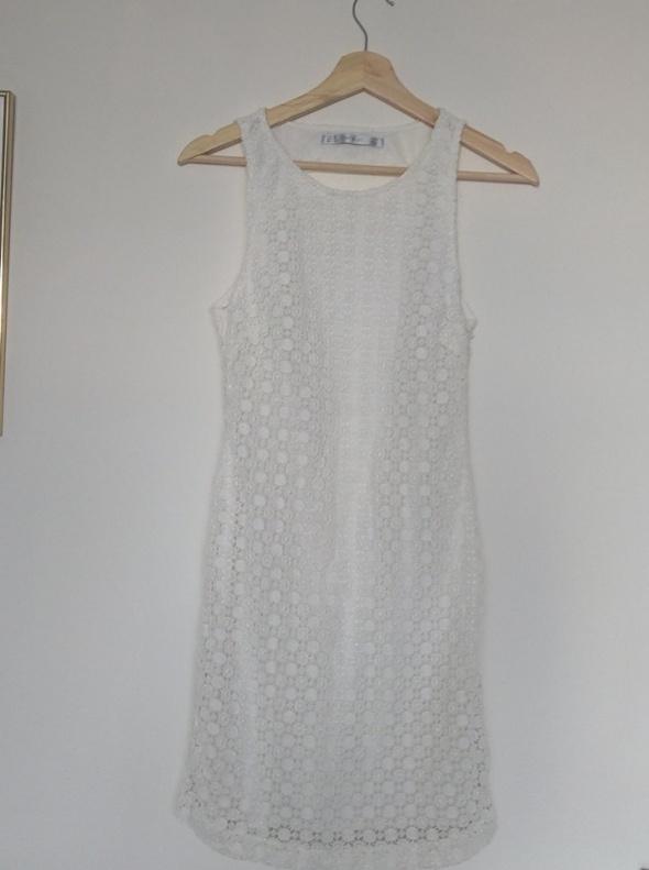 Biała sukienka koronkowa ZARA z wycięciem na plecach S NOWA
