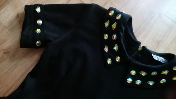 czarna sukienka z baskinką