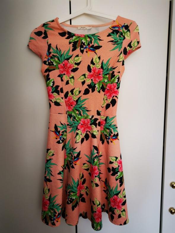 Kwiatowa sukienka Bershka...