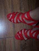 Czerwone sandałki na obcasie