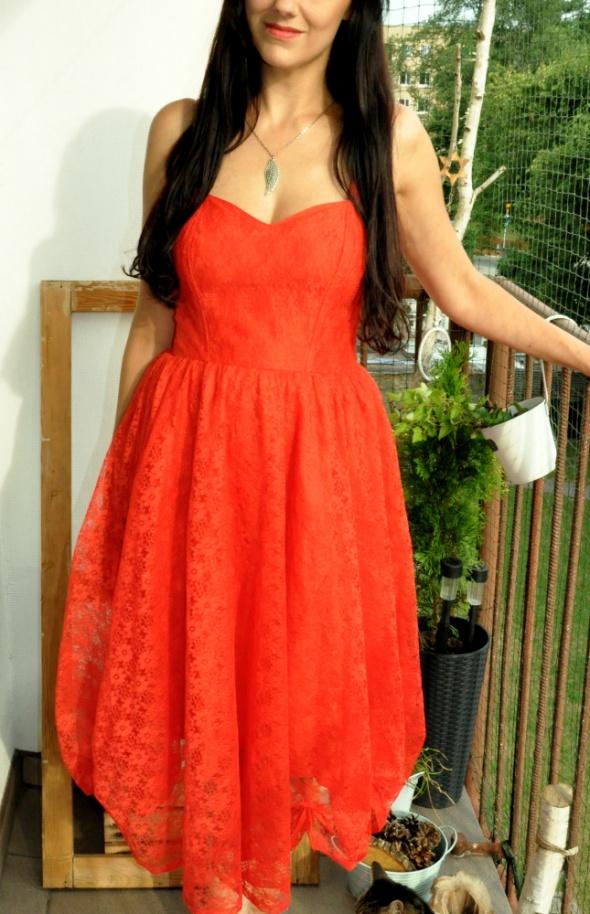 czerwona sukienka z koronki...