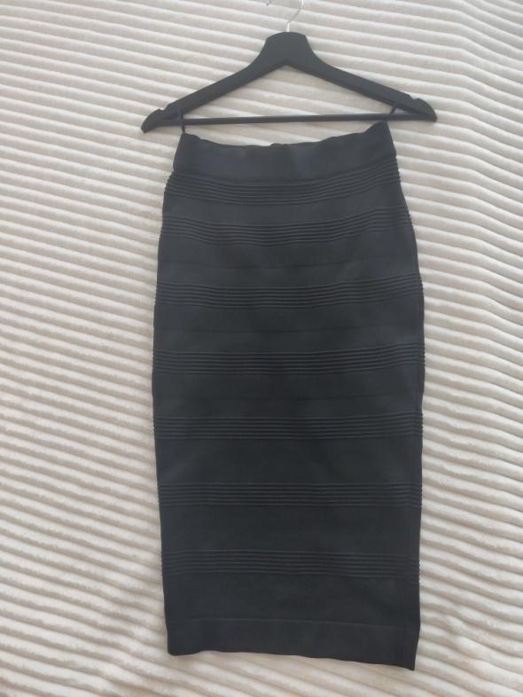Czarna spodnica za kolano...