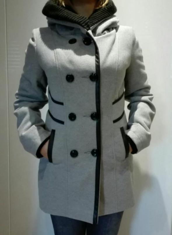 Płaszcz jesienno zimowy z kapturem wełnianym