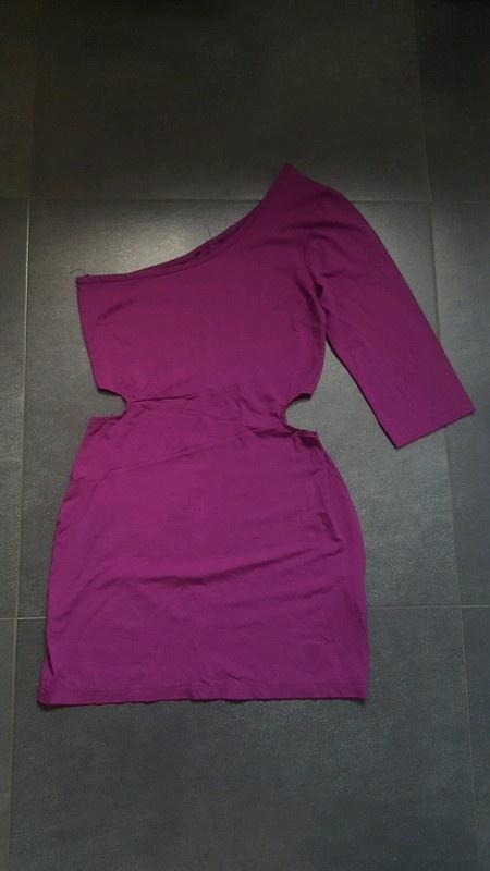 Fioletowa obcisła sukienka z wycieciami na jedno ramię Fishbone...