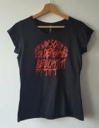 Czarna koszulka z krótkim rękawem z czerwonymi napisami M...