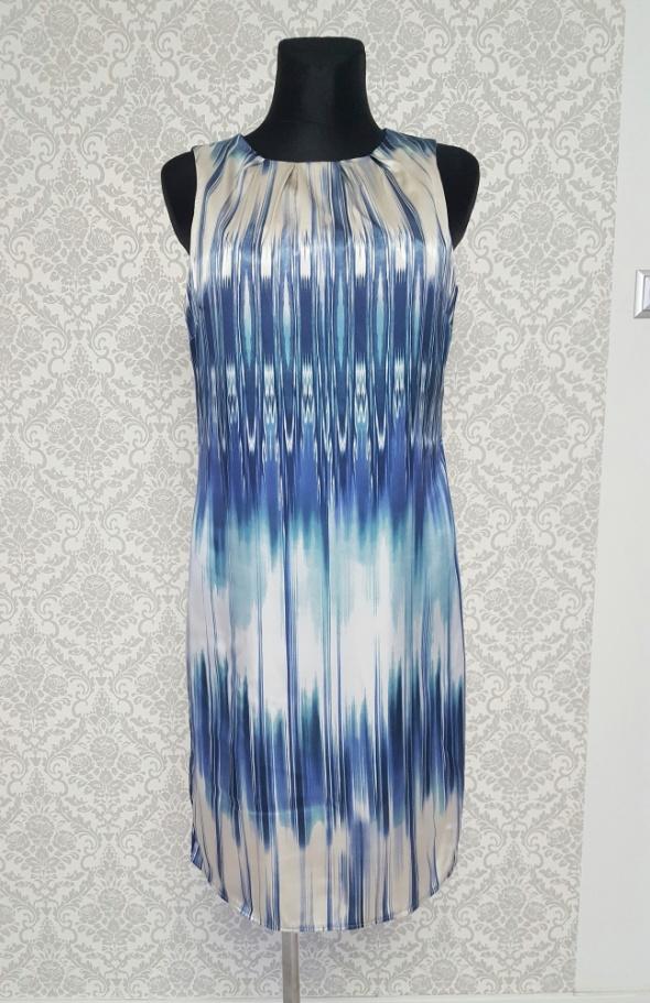 beżowo niebieska sukienka w wzory Wallis...