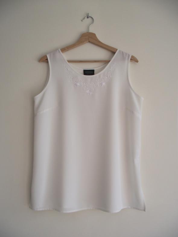 Prosta klasyczna bluzka ecru bez rękawów zdobiona haftem C&A L ...