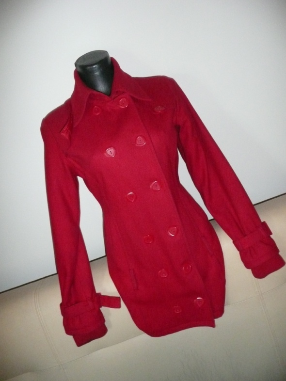 czerwony płaszczyk dwurzędowy