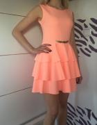 Śliczna brzoskwiniowa sukienka z falbankami...