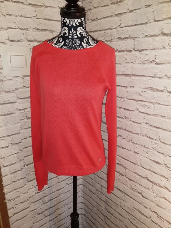 Idealny czerwony sweterek...