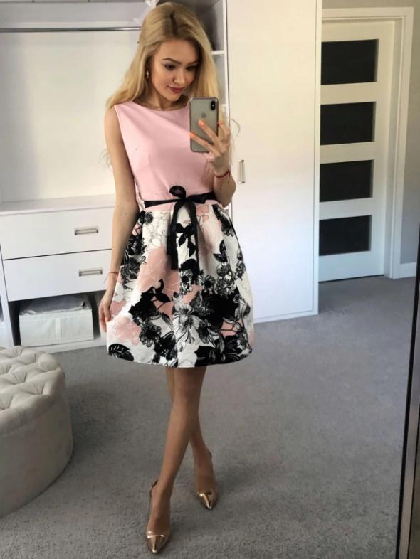 Sukienka rozkloszowana ze wstążką kwiatowa puder róż rozm SM