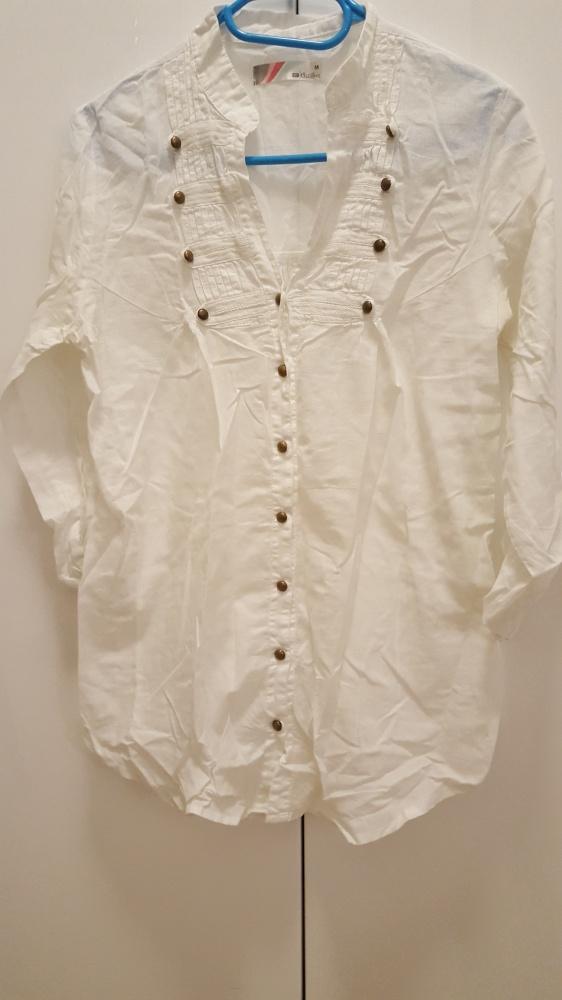 Biała zwiewna koszula z podwijanym rękawem