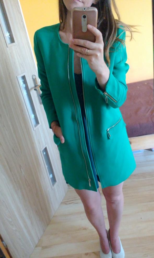 Pudełkowy zielony płaszcz MOHITO...
