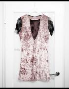 Pudrowa welurowa sukienka z koronkowymi wstawkami