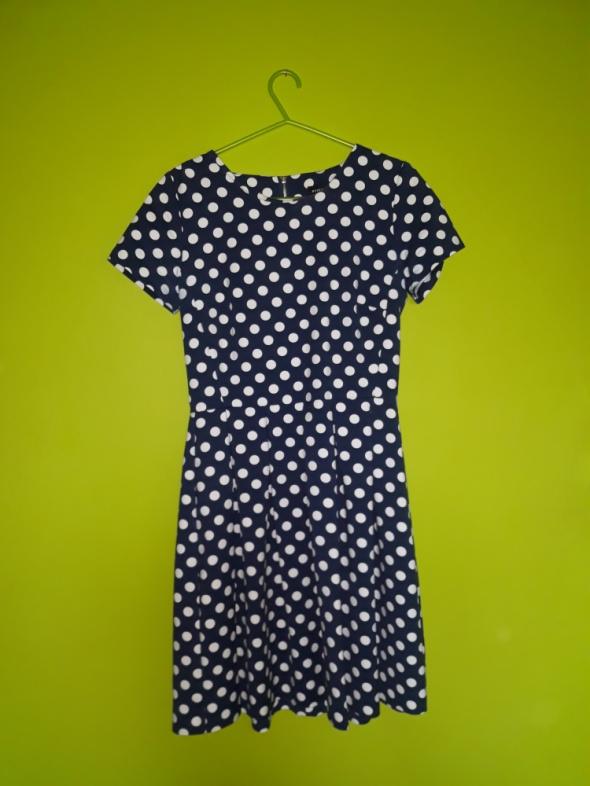 Rozkloszkowana sukienka w kropki