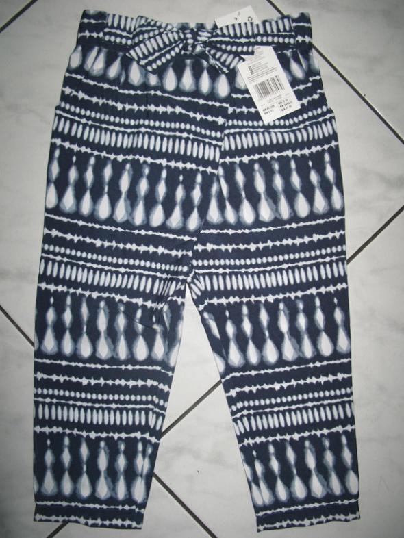 F&F niebieskie spodnie we wzory dziewczynka r 92