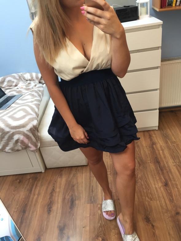 Suknie i sukienki Rozkloszowana sukienka dekolt L
