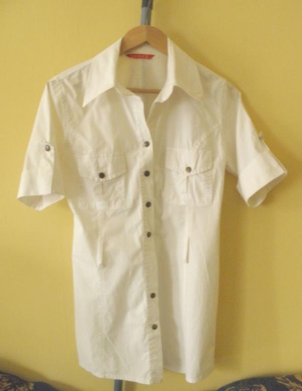 Długa biała koszula z napami...