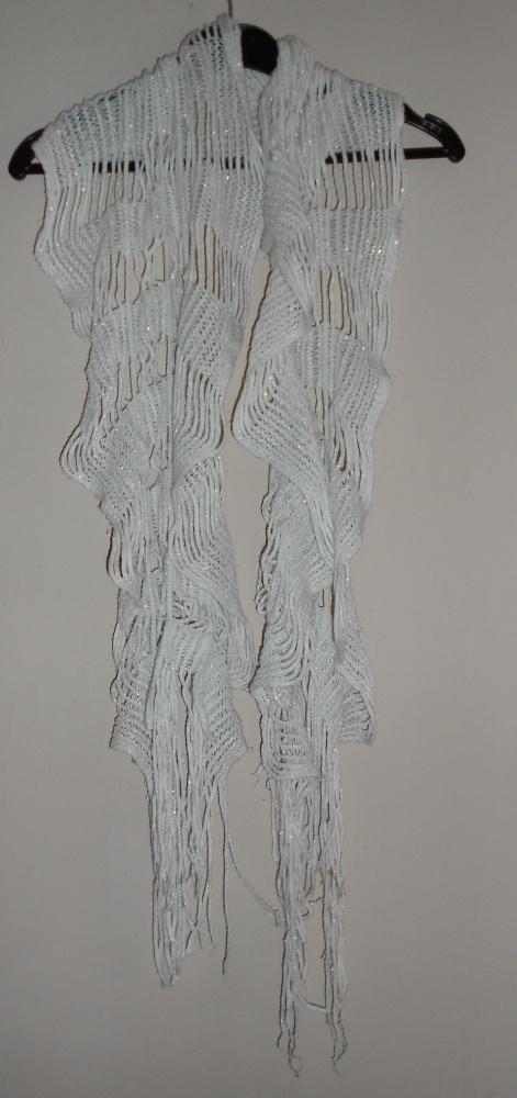 biały ażurowy szal srebrna nitka frędzle
