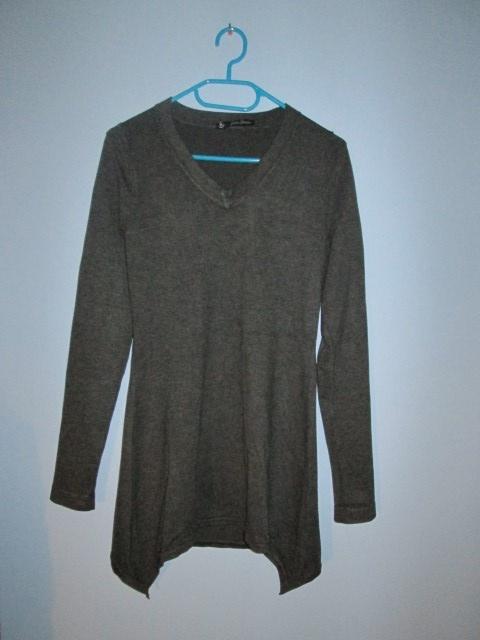 Szary asymetryczny sweterek dekolt V