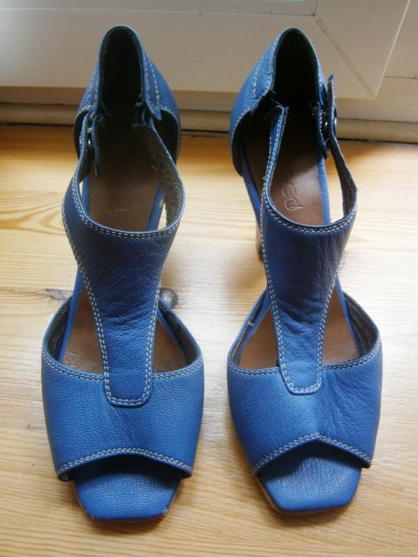 niebieskie sandałki na obcasie Reserved