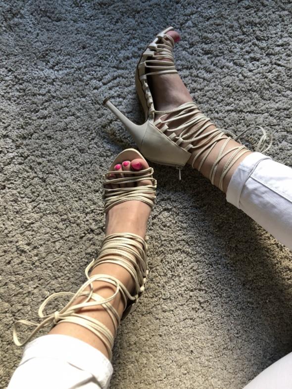 Sandał nude na szpilce na obcasie wiązane sznurowane 36