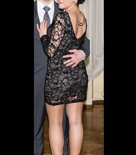 czarna sukienka z odkrytymi plecami...