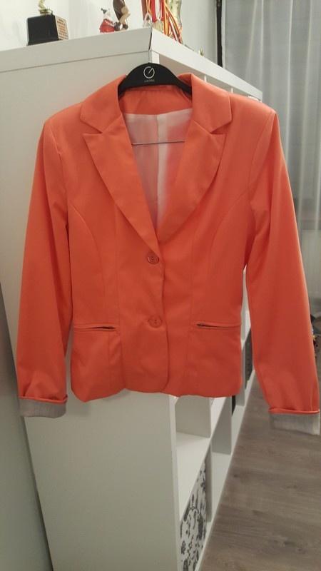 Oranżadowy żakiet z wywijanymi rękawami...