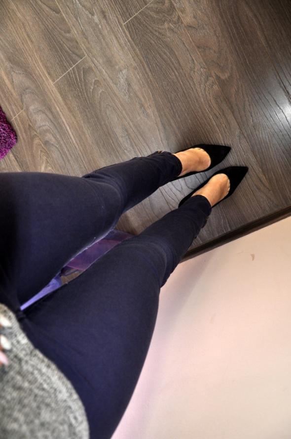 Granatowe spodnie z zamkami H&M...
